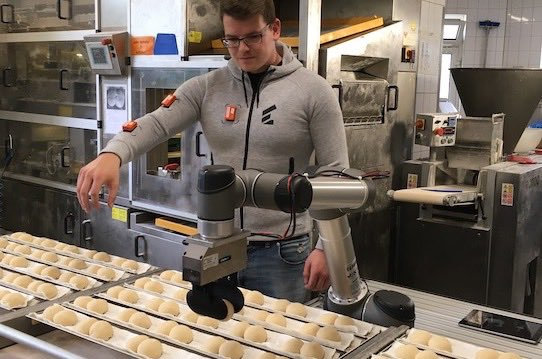 Wandelbots employee Gunther Mielke shows how the robot is trained in the bakery. Photo: Stephan Hoenigschmid