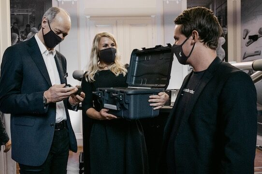 Roland Busch (left), Vice President and CEO of Siemens, receives one of the first Trace Pen from the hands of Wandelbots founders Maria and Christian Piechnick. Photo: Wandelbots
