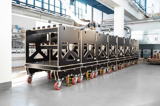 """The picture shows eight transport trolleys of the """"ligShuttle"""" model. They are used for in-plant transport in the automotive industry. Photo: PR/Ligenium"""